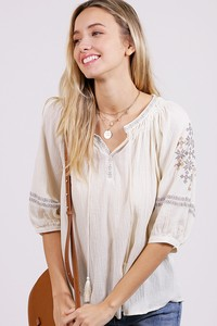 WT2831 EMBROIDERY DETAILS WOVEN TOP 02